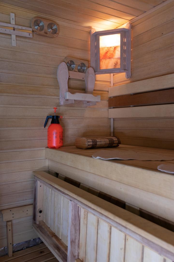 Демонстрационная баня школы банного строительства и парения с двумя печами Суховей ПС16 и Аито 7кВт в Стайках, 2002г.